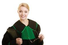 Kobieta prawnika adwokat jest ubranym czerni zieloną togę Fotografia Stock