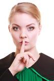 Kobieta prawnika adwokat jest ubranym klasyczną połysk togę pyta dla ciszy Fotografia Stock