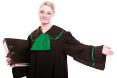 Kobieta prawnika adwokat jest ubranym klasyczną połysk togę z kartoteki falcówką Fotografia Royalty Free