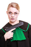 Kobieta prawnika adwokat w połysku czerni zieleni todze z pistoletem Zdjęcie Stock