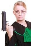 Kobieta prawnika adwokat w połysku czerni zieleni todze z pistoletem Obraz Stock