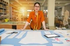 Kobieta projektanta pozycja w światła słonecznego biura studiu Obrazy Stock