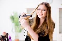 Kobieta projektuje jej włosy z hairdryer fotografia royalty free