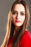 Kobieta prostego włosy długiego ciemnego makeup czerwone wargi na szarość Obraz Royalty Free