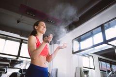 Kobieta proszka ręki przed ćwiczeniem w gym Zdjęcie Royalty Free