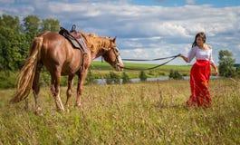 Kobieta prowadzi konia Fotografia Royalty Free