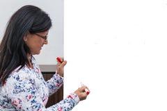 Kobieta prowadzi wykład przy białą deską zdjęcie royalty free