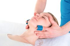 Kobieta przechodzi twarzową masaż procedurę zdjęcie royalty free