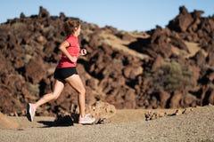 Kobieta przecinającego kraju śladu biegacz zdjęcie stock