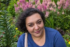 kobieta przed różowymi kwiatami zdjęcie stock