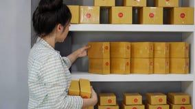 Kobieta przedsiębiorca układa pudełko dostarczać klienci zbiory