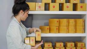 Kobieta przedsiębiorca układa pudełko dostarczać klienci zbiory wideo