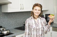 Kobieta przedstawia filiżankę z sałatką Obrazy Royalty Free