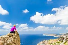 Kobieta przegapia morze śródziemnomorskie, Crete wyspa, Grecja zdjęcia royalty free