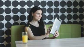 Kobieta przegląda obrazki używać komputerową pastylkę zbiory wideo