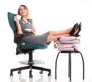 Kobieta przestoju bizneswomanu relaksuje nogi up obfitość doc Zdjęcie Royalty Free
