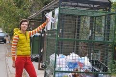 Kobieta przetwarza śmieci Obrazy Royalty Free