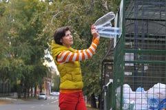 Kobieta przetwarza śmieci Zdjęcie Stock