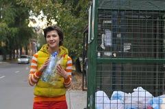 Kobieta przetwarza śmieci Obraz Stock