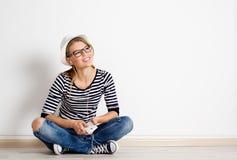 Kobieta przy ścienną słuchającą muzyką Zdjęcie Royalty Free