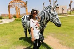 Kobieta przy afrykanina parkiem Zdjęcie Royalty Free