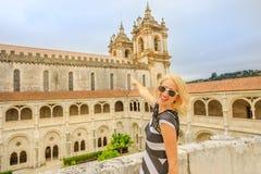 Kobieta przy Alcobaca monasterem zdjęcia royalty free