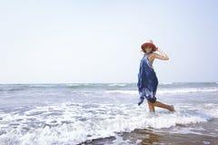 Kobieta przy Atlantyckim oceanem Zdjęcia Stock