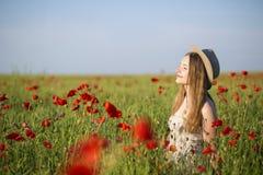 Kobieta przy biel suknią cieszy się aromat Obraz Stock