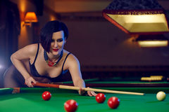 Kobieta przy billiards świetlicowym bawić się snookerem Zdjęcia Stock