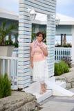 Kobieta przy bramą Obraz Royalty Free
