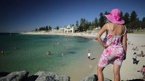 Kobieta przy Cottesloe plażą zdjęcie wideo