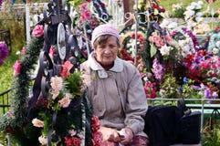 Kobieta przy grobowami krewni Obrazy Royalty Free