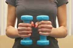 Kobieta przy gym robi sprawności fizycznej Zdjęcie Stock