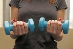 Kobieta przy gym robi sprawności fizycznej Obraz Royalty Free