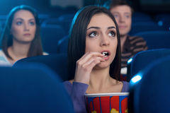 Kobieta przy kinem. Zdjęcie Royalty Free