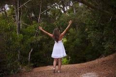 Kobieta przy lasem obraz stock