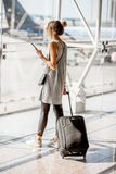 Kobieta przy lotniskiem obrazy royalty free