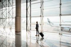 Kobieta przy lotniskiem zdjęcie stock