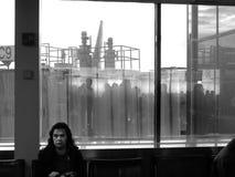 Kobieta przy lotniskowym holu czekaniem dla lota, horyzontalnym Zdjęcia Stock