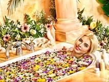 Kobieta przy luksusowym zdrojem. Obrazy Royalty Free