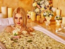 Kobieta przy luksusowym zdrojem Zdjęcia Royalty Free