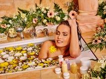 Kobieta przy luksusowym zdrojem Fotografia Stock