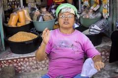 : kobieta przy markeOrnament dachem, Hinduska świątynia, wioska Toyopakeh, Nusa Penida Indonezja Zdjęcie Royalty Free
