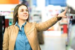 Kobieta przy piękno produktu półką w supermarkecie obrazy stock