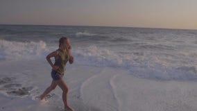 Kobieta przy plażą zbiory wideo