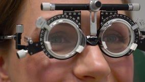 Kobieta przy przyjęciem oftalmologa oka egzamin wybór okularowi obiektywy i zbiory
