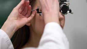 Kobieta przy przyjęciem oftalmologa oka egzamin wybór okularowi obiektywy i zbiory wideo