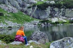 Kobieta przy Rybim jeziorem Fotografia Royalty Free