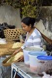 kobieta przy rynkiem, wioska Toyopakeh, Nusa Penida Czerwiec 21 2015 Indonezja Obraz Royalty Free