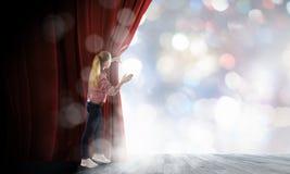 Kobieta przy sceną Fotografia Stock